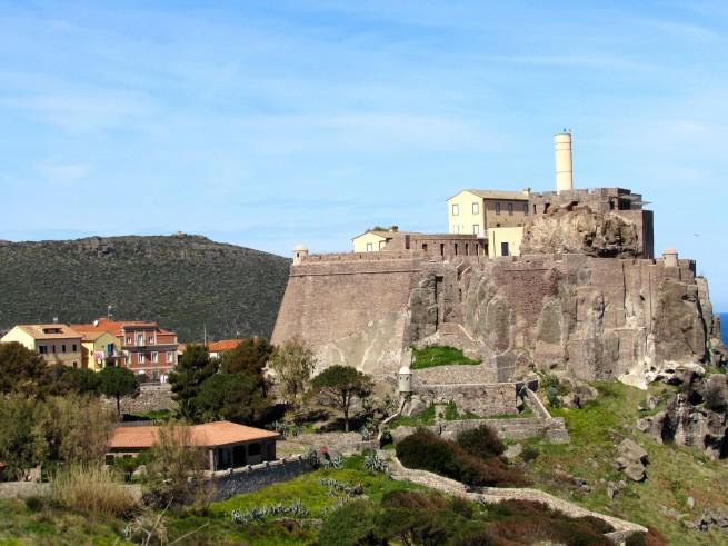 Castello di San Giorgio a Capraia. La dimora renzi è quella rosa sulla sinistra